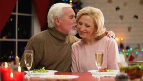 Homem doce e mulher de envelhecimento que comemoram o Natal junto, noite romântica video estoque