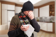 Homem doente com congestão e dor de cabeça do nariz fotos de stock royalty free
