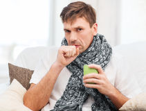 Homem doente com gripe em casa imagens de stock