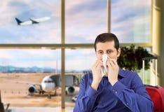 Homem doente que sneezing foto de stock