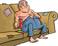 Homem dos desenhos animados que senta-se em um sofá com uma cerveja Imagem de Stock