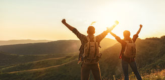 Homem dos pares e turista felizes da mulher no auge da montanha no por do sol imagem de stock royalty free