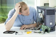 Homem durante a reparação do computador Foto de Stock Royalty Free