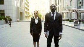 Homem e agentes federais fêmeas que andam com autorização para prender o suspeito, segurança fotografia de stock