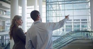 homem e arquitetos fêmeas que discutem sobre o modelo no escritório 4k video estoque