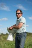 Homem e bacia de toalete fotografia de stock