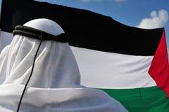 Homem e bandeira palestinos imagens de stock