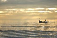 Homem e barco de Fisher no mar Hua Hin Thailand Fotos de Stock Royalty Free