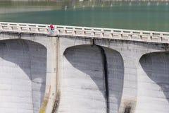 Homem e barragem Imagens de Stock