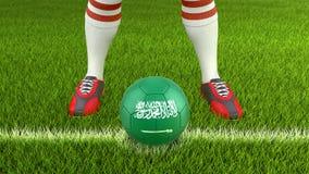 Homem e bola de futebol com bandeira de Arábia Saudita Foto de Stock