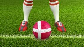 Homem e bola de futebol com bandeira dinamarquesa Fotografia de Stock