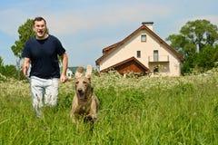 Homem e cão Imagens de Stock