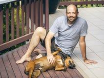 Homem e cão Fotos de Stock Royalty Free