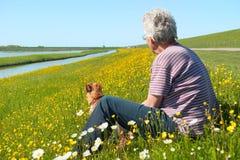 Homem e cão na ilha Texel de wadden do Dutch Foto de Stock