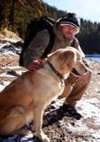 Homem e cão na montanha do inverno Imagens de Stock Royalty Free