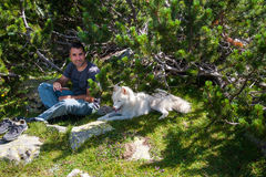 Homem e cão na montanha Pirin fotografia de stock royalty free