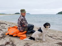 Homem e cão na praia 3 Imagens de Stock Royalty Free