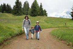 Homem e caminhada de dois meninos na fuga Imagens de Stock
