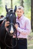 Homem e cavalo consideráveis Imagens de Stock