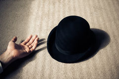 Homem e chapéu inoperantes no assoalho foto de stock royalty free