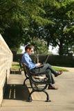 Homem e computador no parque fotografia de stock
