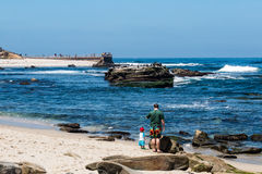 Homem e criança na praia perto da associação do ` s das crianças de La Jolla Foto de Stock Royalty Free