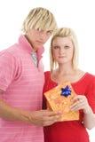 Homem e esposa com presente. Imagens de Stock Royalty Free