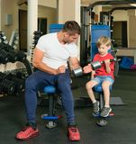 Homem e filho no gym Fotografia de Stock Royalty Free