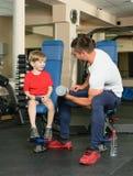 Homem e filho no gym Foto de Stock Royalty Free