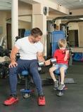 Homem e filho no gym Imagem de Stock Royalty Free
