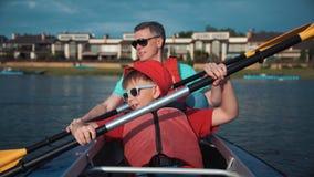 Homem e filho que kayaking Fotos de Stock