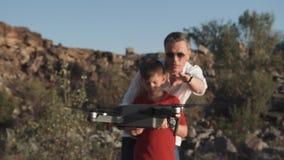 Homem e filho que usa o zangão Fotografia de Stock