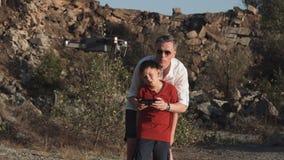 Homem e filho que usa o zangão Fotos de Stock