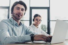 homem e gerentes fêmeas do centro de atendimento que trabalham junto no escritório moderno e na vista fotos de stock royalty free