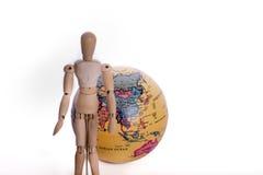 Homem e globo de madeira Fotografia de Stock Royalty Free