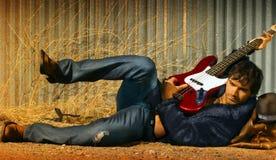 Homem e guitarra Fotos de Stock Royalty Free