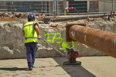 Homem e máquina no trabalho Foto de Stock