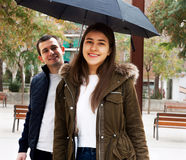 Homem e menina alegre sob o guarda-chuva Fotos de Stock Royalty Free