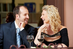 Homem e menina com vinho no café em uma tâmara fotos de stock