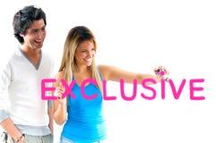 Homem e menina loura que escrevem preços exclusivos imagens de stock royalty free