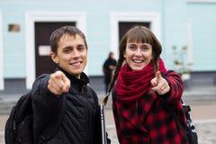 Homem e menina que apontam os dedos a você fotografia de stock royalty free