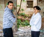 Homem e menino novo em uma casa abandonada foto de stock