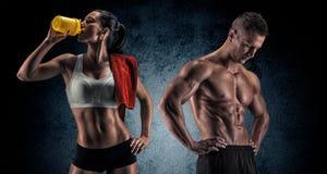 Homem e mulher atléticos após o exercício da aptidão foto de stock