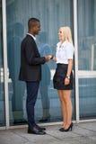 Homem e mulher bem sucedidos de negócio novo exteriores imagens de stock