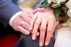 Homem e mulher com alianças de casamento Imagem de Stock Royalty Free