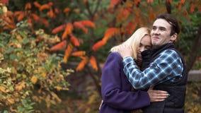 Homem e mulher com as caras românticas no fundo da natureza fotografia de stock royalty free