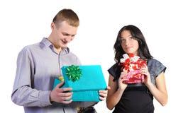 Homem e mulher com presentes à disposicão imagem de stock royalty free