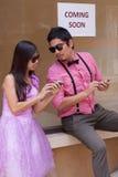 Homem e mulher com telefone móvel à disposicão Imagem de Stock Royalty Free