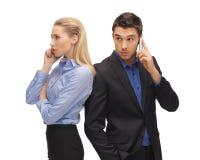 Homem e mulher com telefones celulares Imagem de Stock