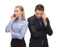 Homem e mulher com telefones celulares Fotos de Stock